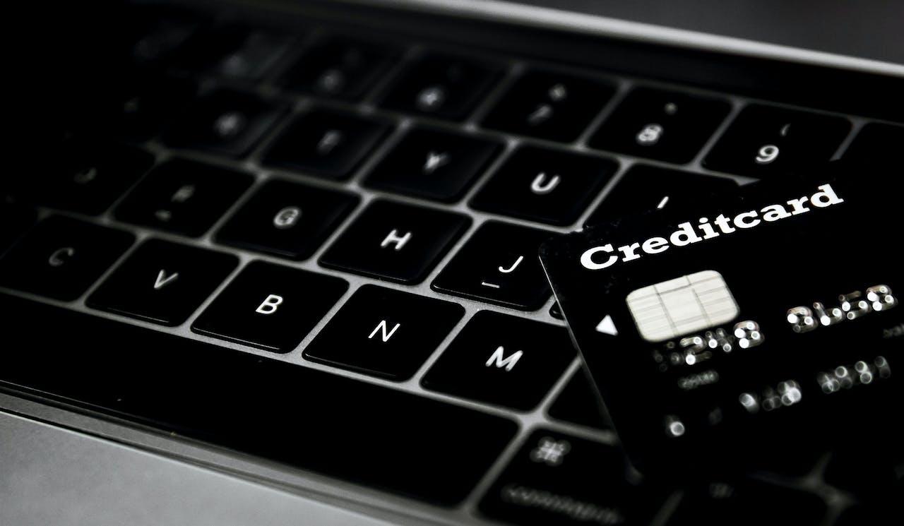 RIJSWIJK - Creditcard op een toetsenbord voor online aankopen. ANP KOEN VAN WEEL