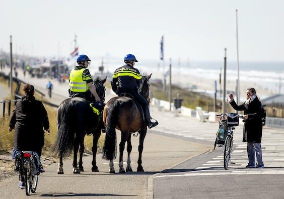Politie te paard patrouilleert in Zandvoort.