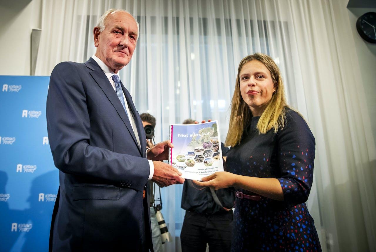 Minister Carola Schouten (LNV) ontvangt uit handen van oud-minister en commissievoorzitter Johan Remkes in Nieuwspoort de aanbevelingen hoe op korte termijn om te gaan met de stikstofproblematiek in Nederland.