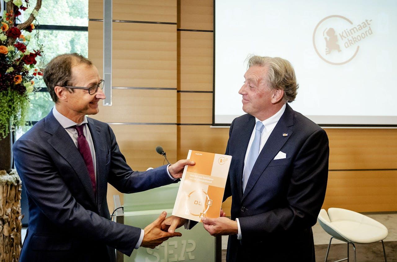 Voorzitter Ed Nijpels presenteert de hoofdlijnen van het Klimaatakkoord