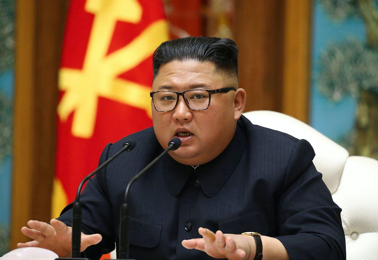 Kim Jong-un spreekt het Politburo
