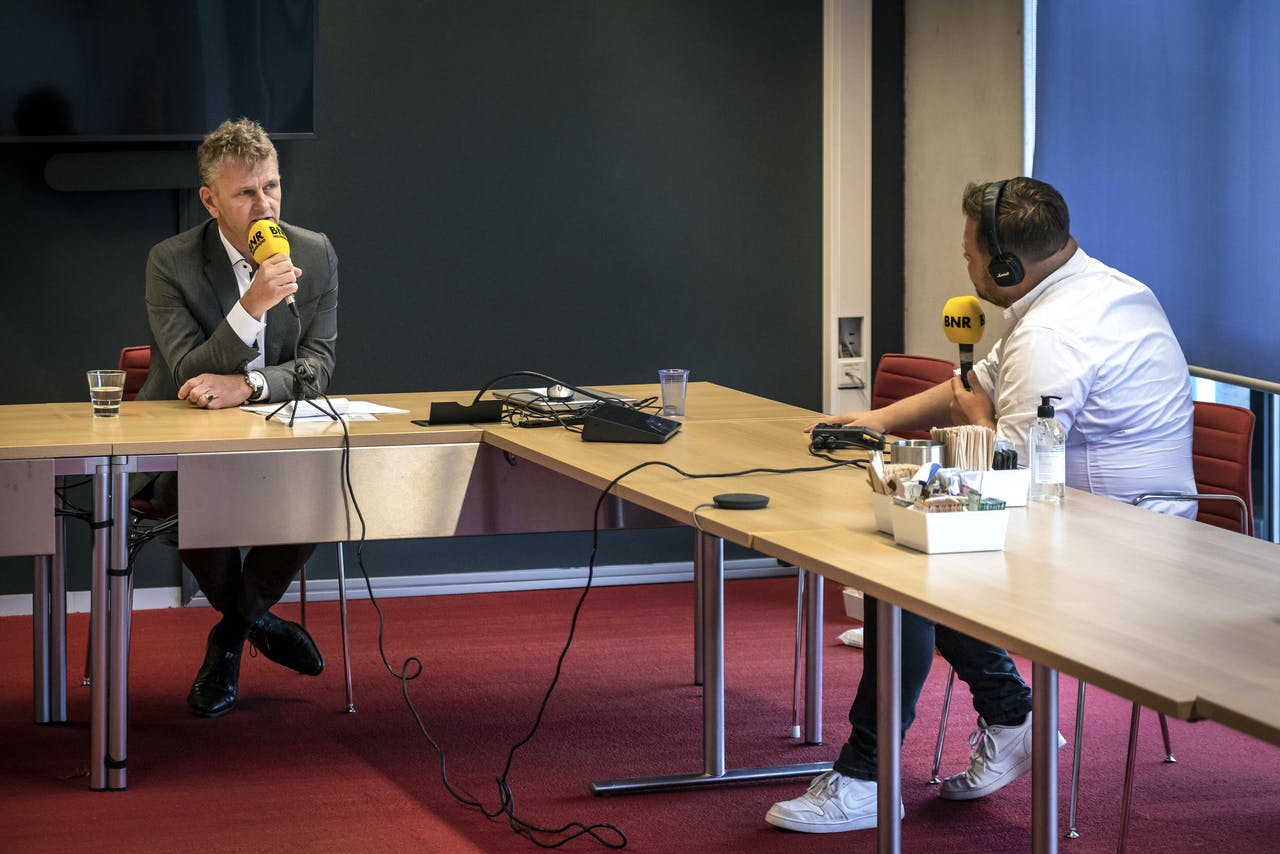 Burgemeester Martijn Smit van Beverwijk geeft naar aanleiding van een gesprek met de Bazaar toelichting over de gedeeltelijke sluiting van de hallen. Hij is in gesprek met BNR-verslaggever Thomas van Groningen.