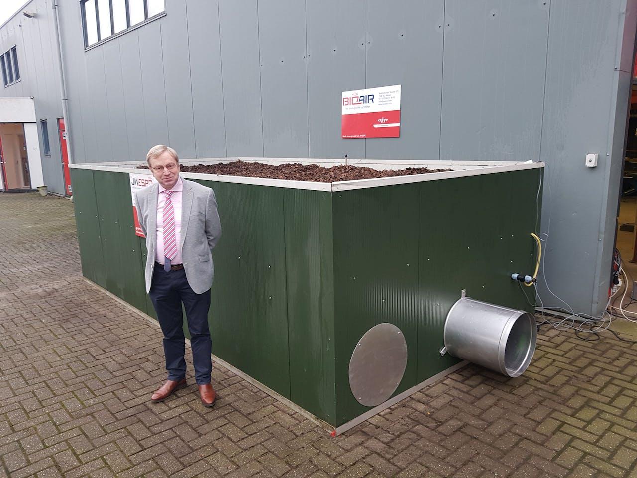 Jan Waayer bij het biologische luchtfilter.