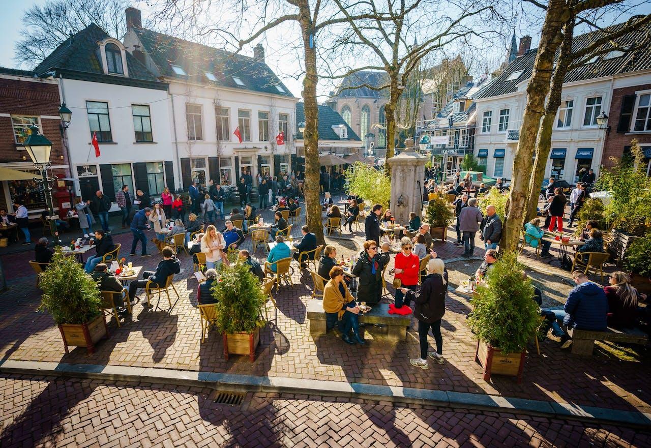 Volle terrassen op de Ginnekenmarkt