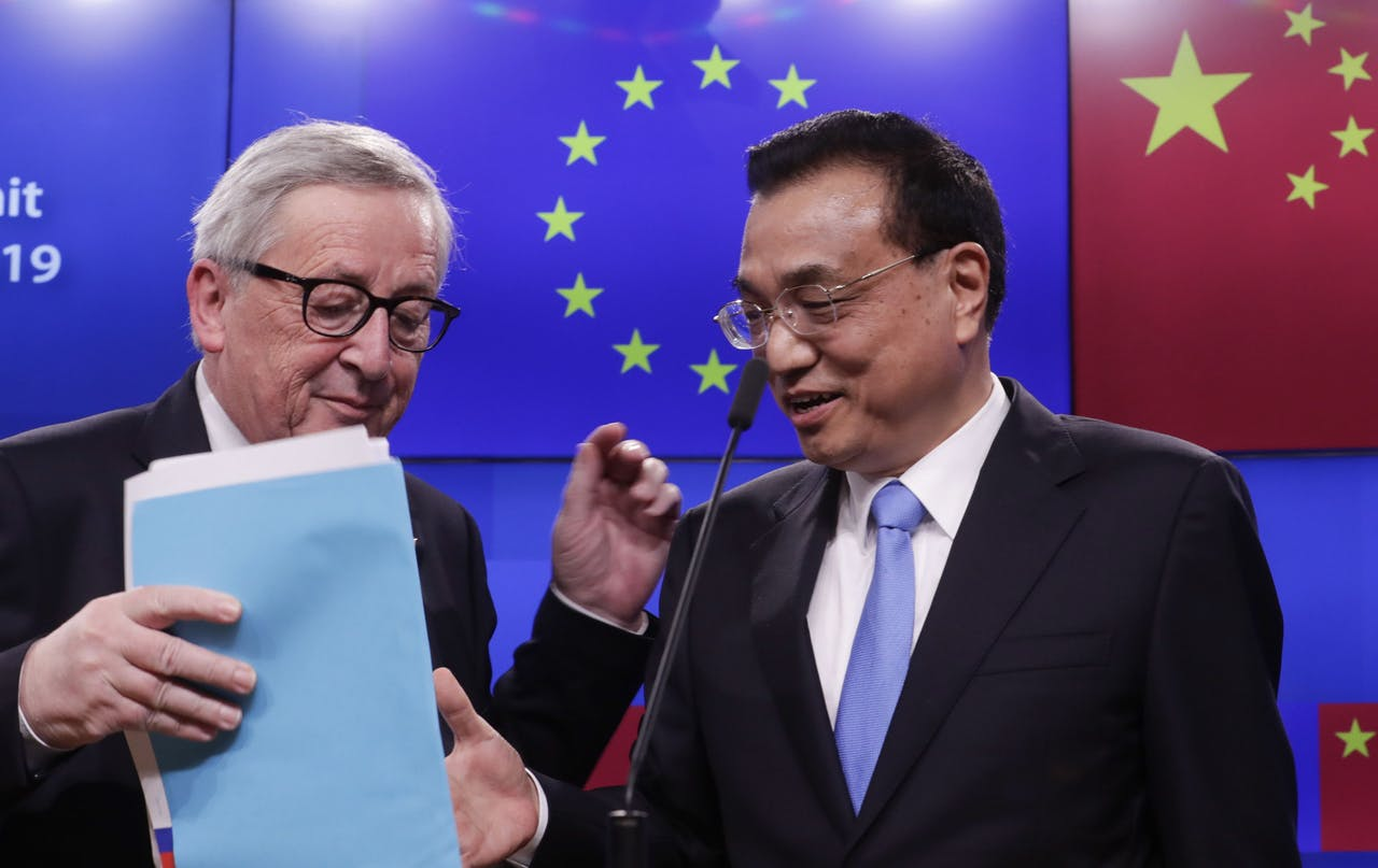 De Chinese premier Li Keqiang (R) en Europees president Jean-Claude Juncker bij de EU-China-top in Brussel.