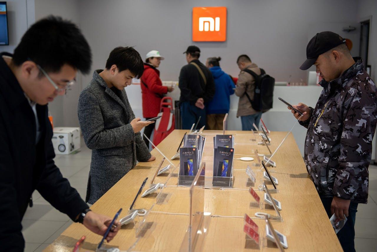Klanten in een Xiaomi winkel in Beijing, China.