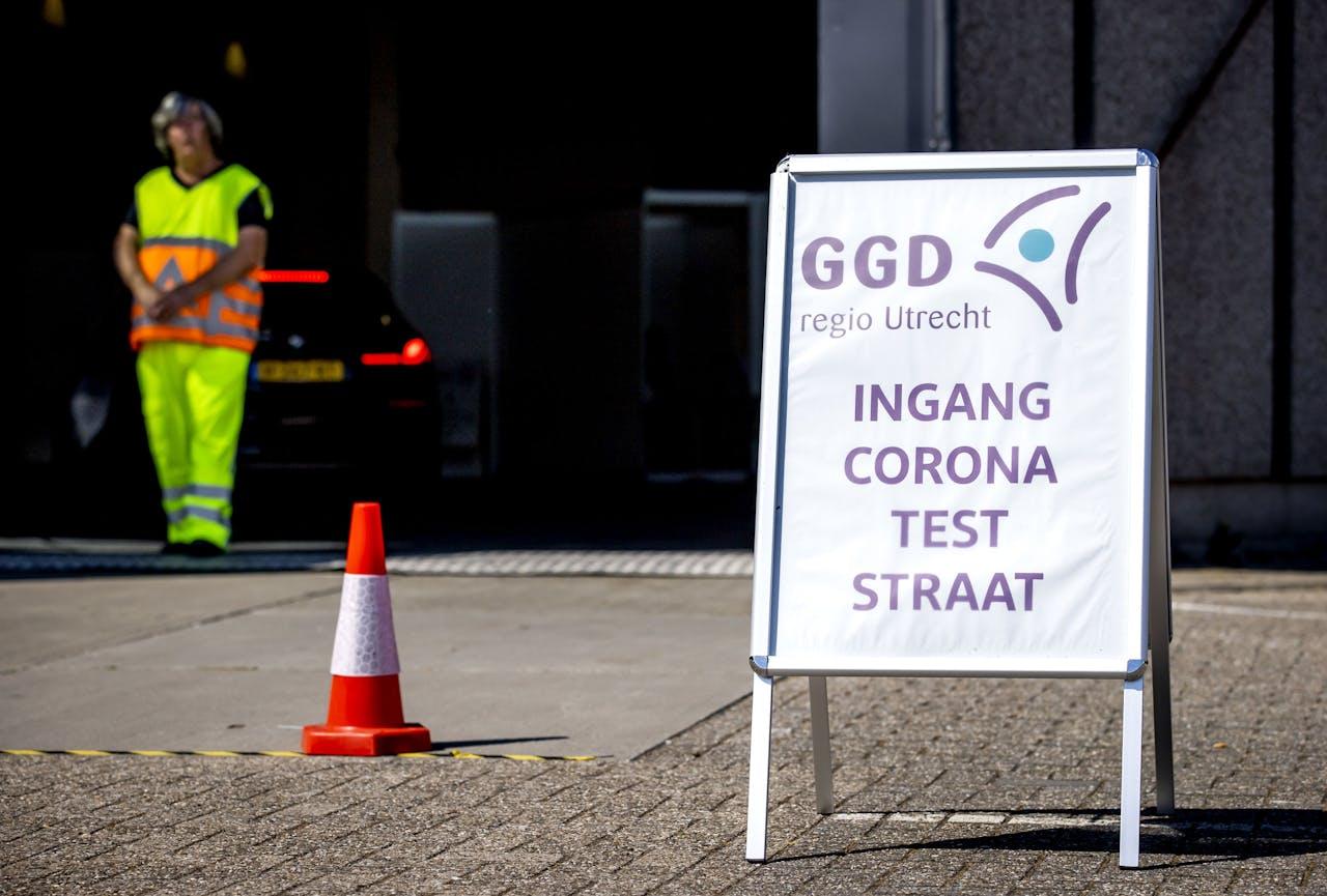 2020-06-02 11:06:36 HOUTEN - Medewerkers van de GGD Utrecht nemen coronatesten af in een teststraat in Houten. Iedereen die klachten heeft die lijken op symptomen van het coronavirus, kan zich laten testen. ANP KOEN VAN WEEL