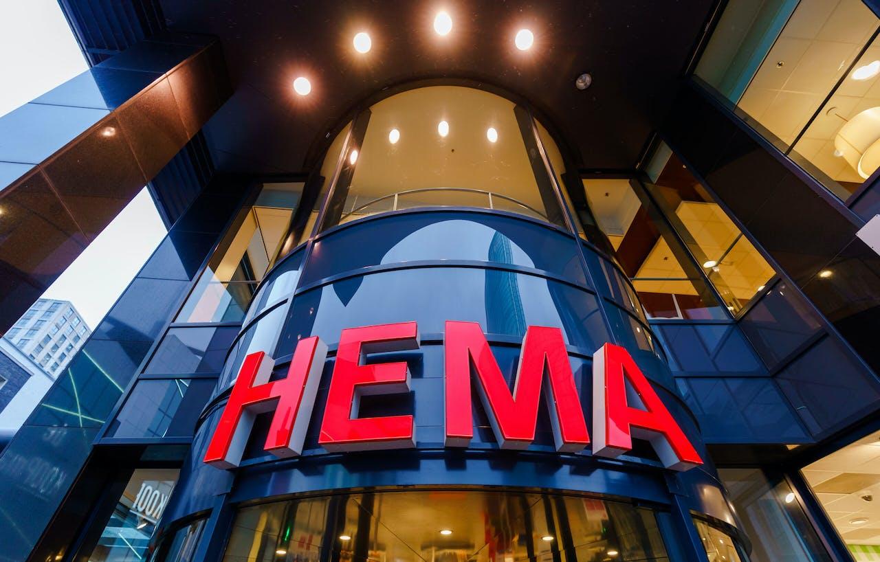 Een levensgroot Hema-logo.