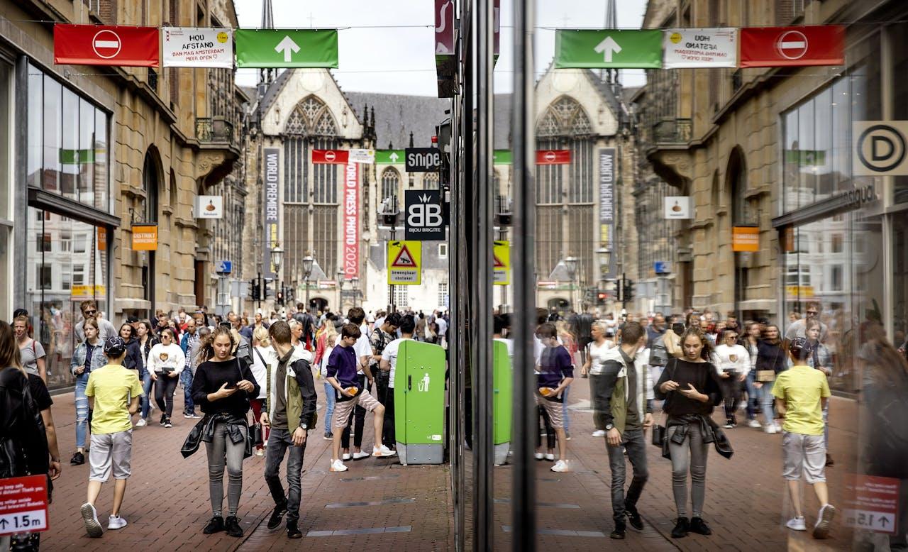 Toeristen en dagjesmensen in de Kalverstraat. De gemeente Amsterdam neemt extra maatregelen tegen de drukte en hoopt de verdere verspreiding van het coronavirus te voorkomen.