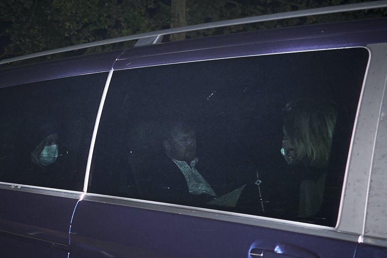 DEN HAAG - De auto van koning Willem-Alexander komt aan bij paleis Huis ten Bosch. Koning Willem-Alexander, koningin Maxima en hun dochters zijn weer in het land, nadat ze hun vakantie in Griekenland afbraken. Dat deden ze nadat er ophef was ontstaan over de reis. ANP PHIL NIJHUIS