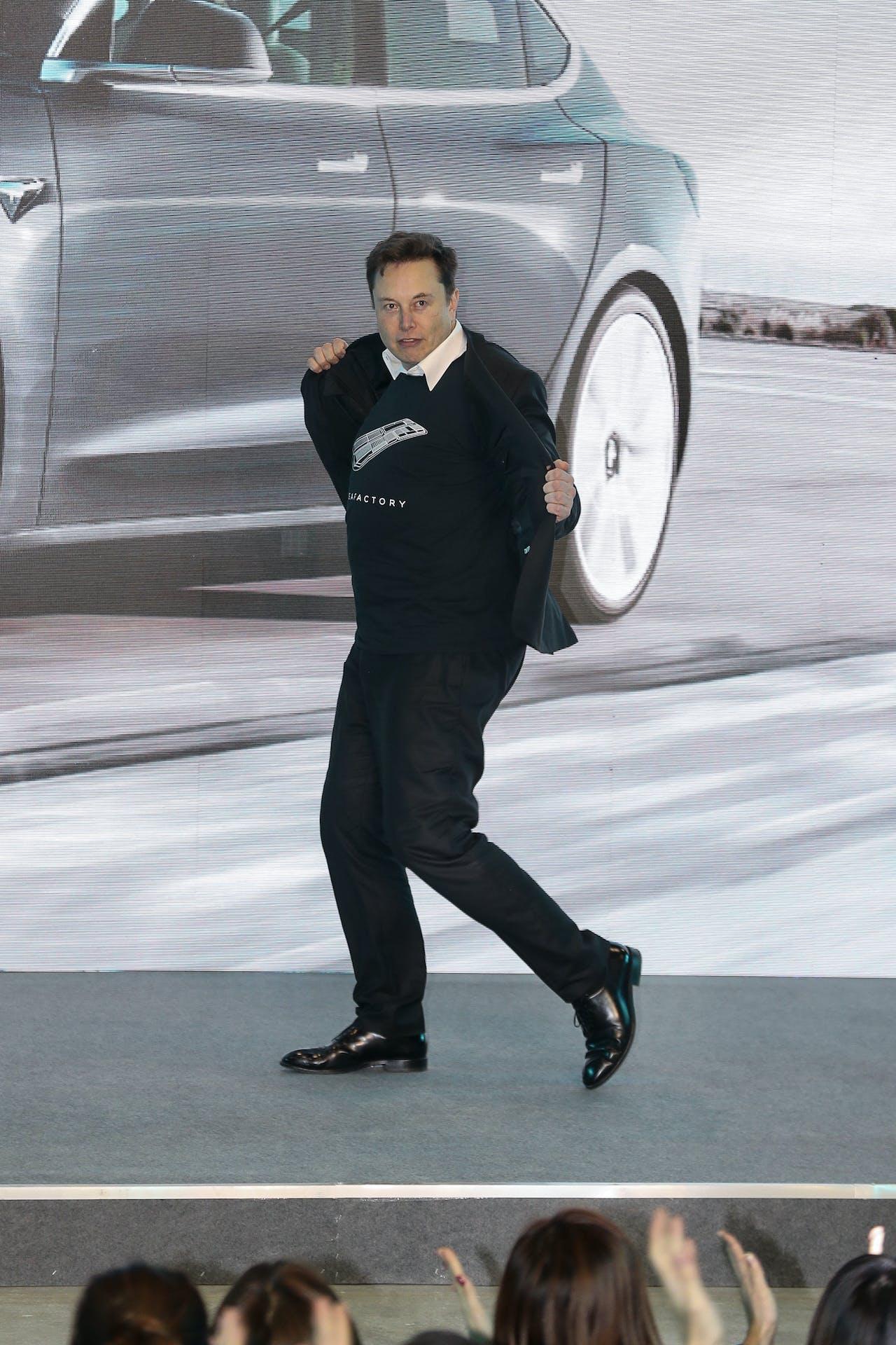 Elon Musk danst in Shanghai bij de officiële aftrap van de Tesla-fabriek in Shanghai.