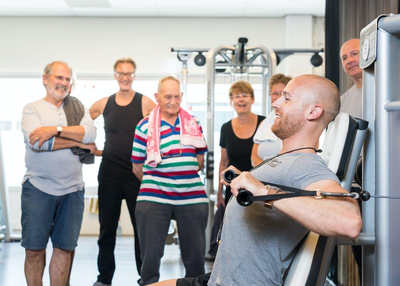 Sportinstructeur Remy doet een oefening voor tijdens de fitnessles voor 50plussers bij Fit2000 in Den Haag.