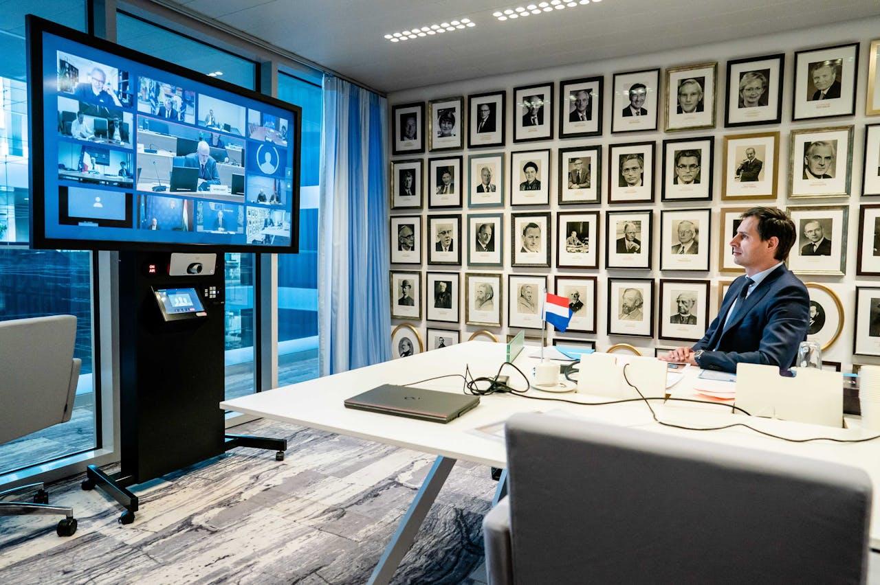 Wopke Hoekstra tijdens videoconferentie met de Europese ministers van Financiën.