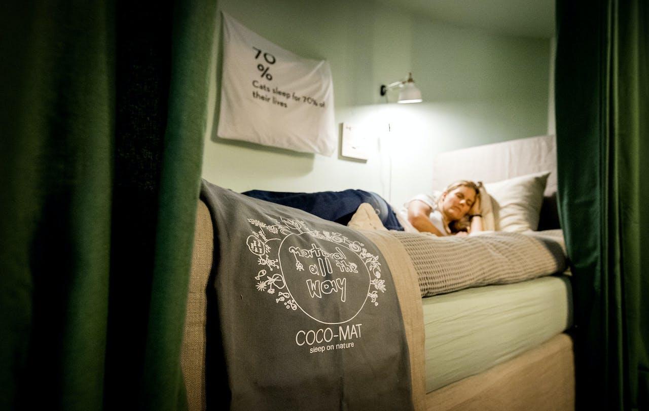 De Recharge room bij Spaces in Amsterdam. De ondernemers bij Spaces kunnen gebruik maken van de faciliteiten in de kamer om een powernap te doen tussen de werkzaamheden door.