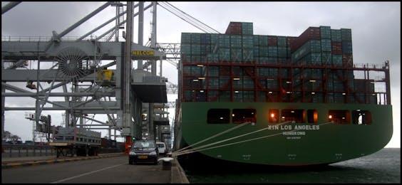 Een Chinees schip in de haven van Rotterdam