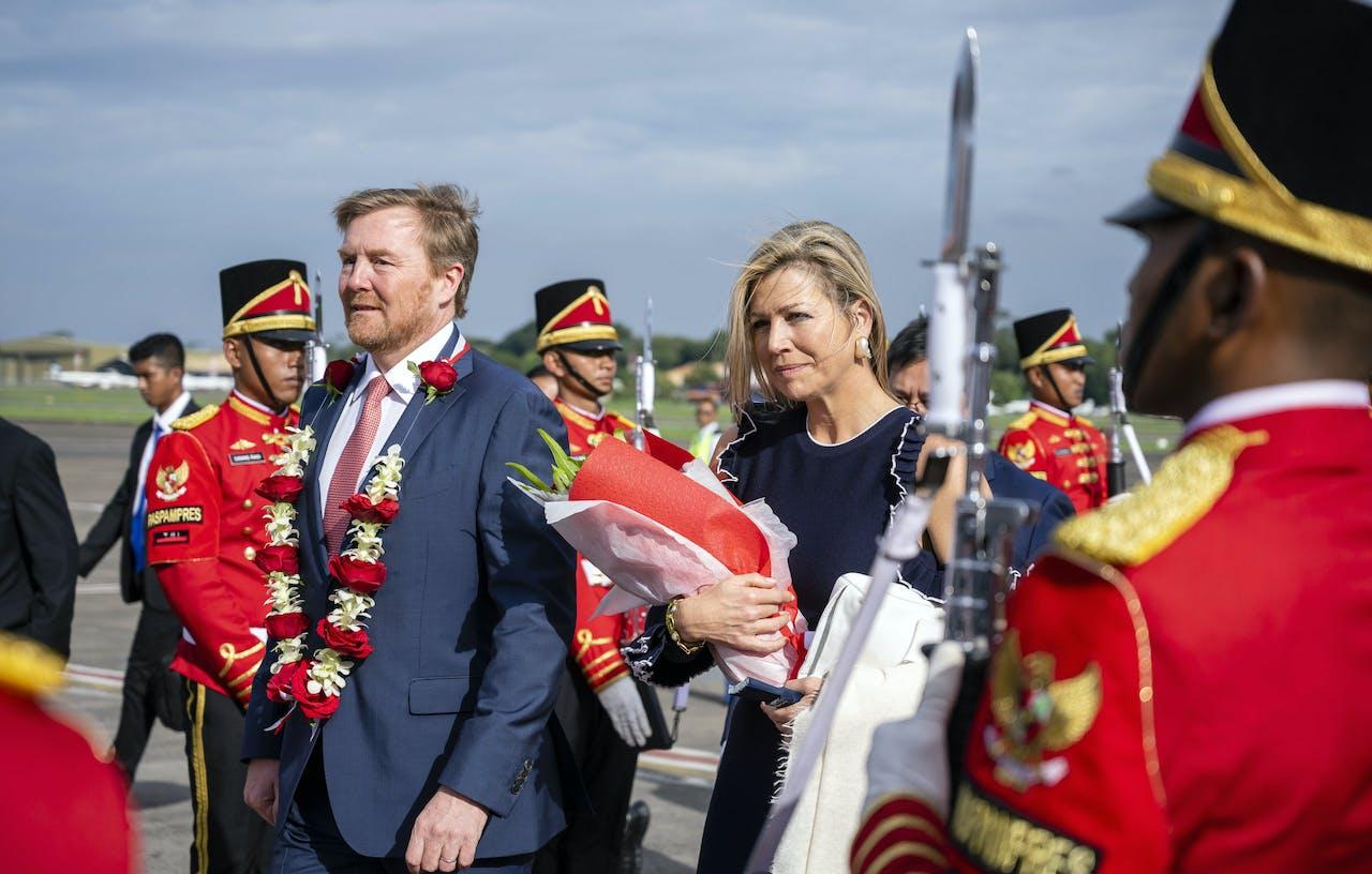 Koning Willem-Alexander en koningin Maxima komen aan op het vliegveld van Jakarta