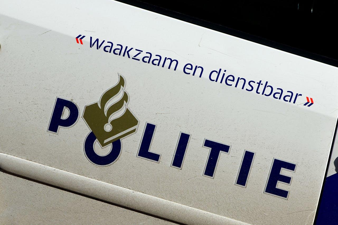 Het slachtoffer ligt in een parkeergarage in de Bart Poetsiastraat. Bijde ingang zijn zwarte hekken geplaatst zodat de politie ongestoord onderzoek kan doen.