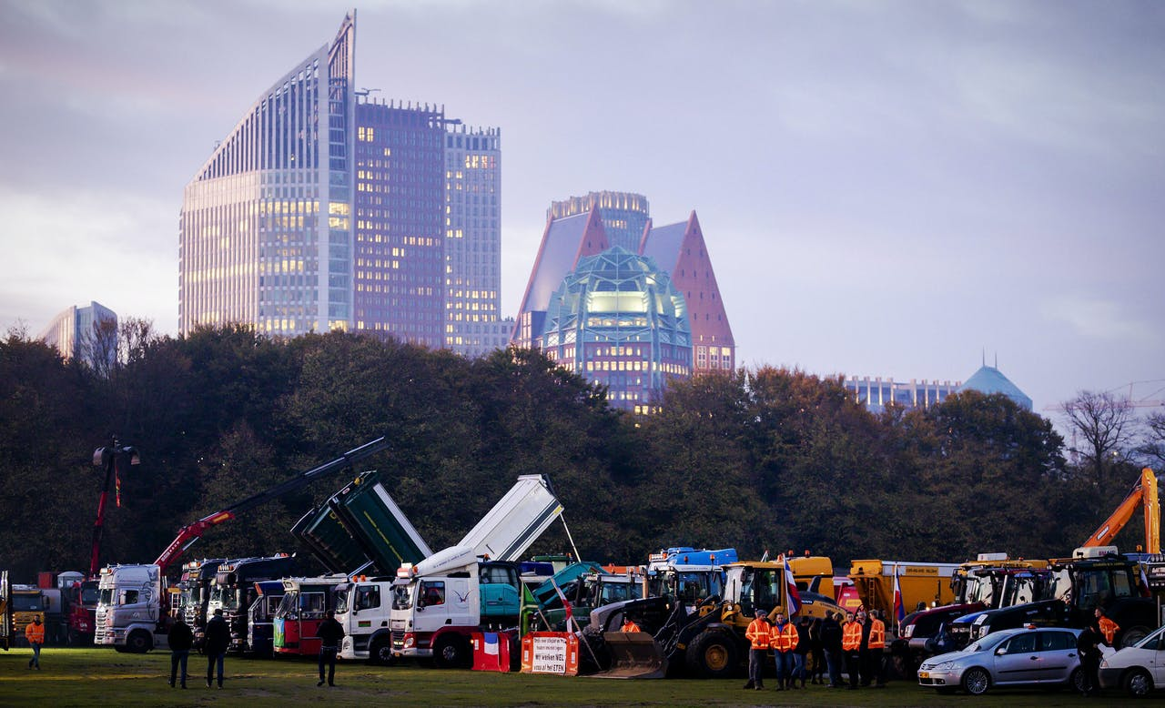 Bouwers en hun voertuigen op Malieveld voor het bouwersprotest Grond in Verzet
