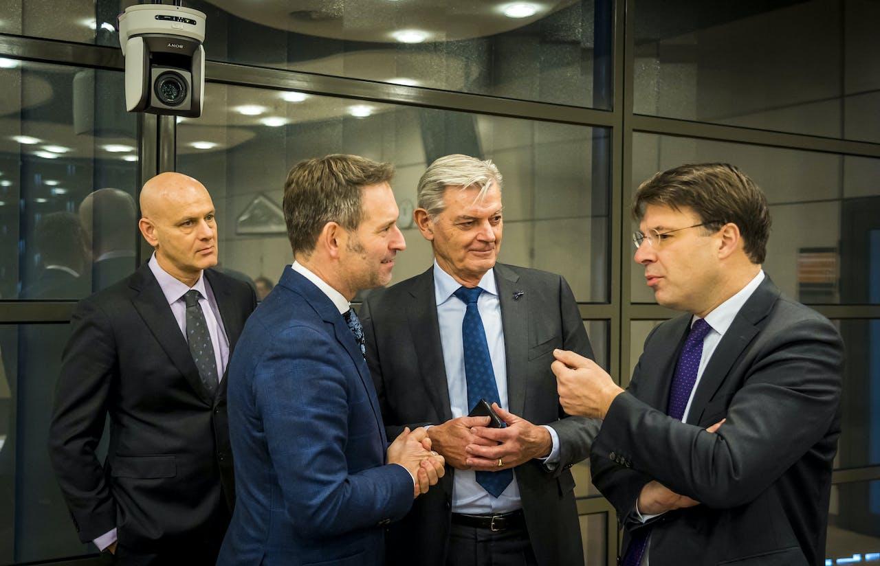 VVD-Kamerlid Roald van der Linde (uiterst rechts) op een overleg voorafgaand aan het algemeen overleg over pensioenonderwerpen in aanwezigheid van minister Koolmees.