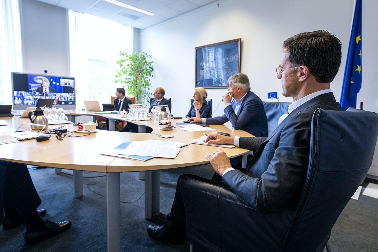 Premier Mark Rutte tijdens een digitale vergadering van de Europese top