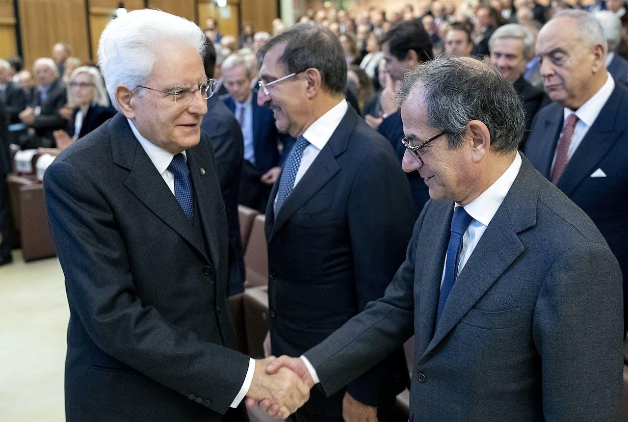De Italiaanse president Sergio Mattarella (L) en de minister van Financiën en Economie Giovanni Tria.