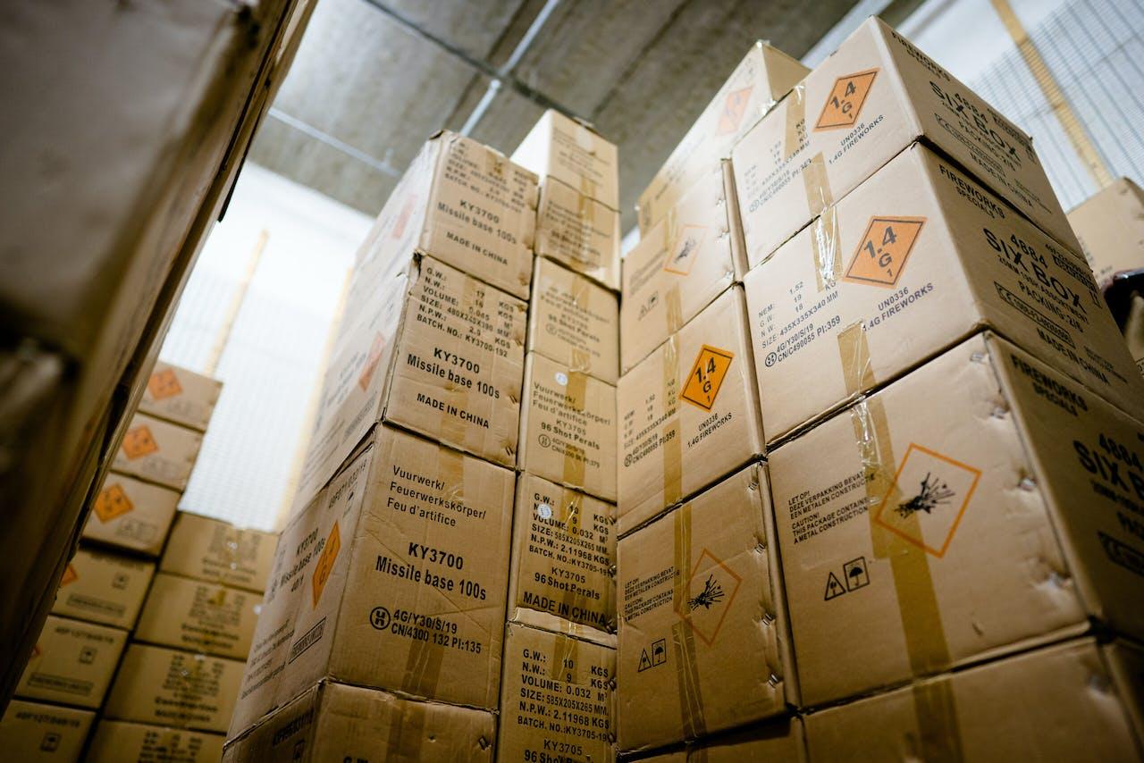 2020-11-06 12:20:12 RIJSWIJK - In de opslag van de Rijswijkse Vuurwerkhal ligt nog wat vuurwerk opgeslagen. Door een mogelijk vuurwerkverbod aankomende jaarwisseling verkeren vuurwerkhandelaren in zwaar weer. De voorraad is vaak al ingekocht en ligt bij de importeurs te wachten, maar mogelijk krijgen de ondernemers het dit jaar niet verkocht. ANP BART MAAT