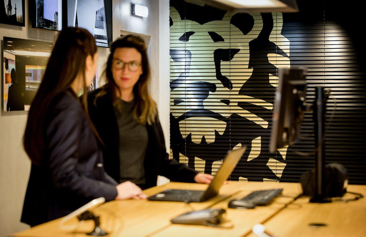 Een klant heeft een gesprek in een kantoor de ING bank.