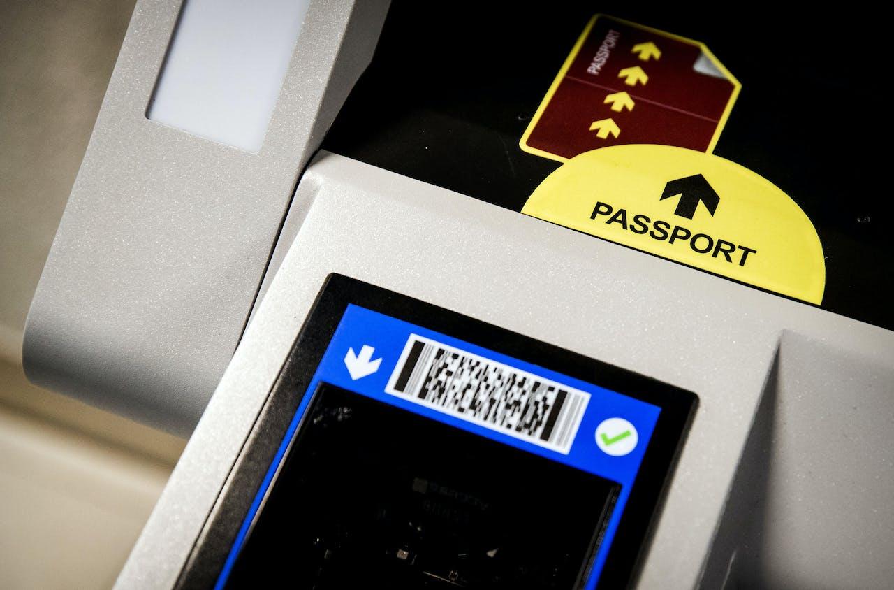 SCHIPHOL - Op luchthaven Schiphol wordt een proef genomen met het biometrisch instappen. Met deze methode kan een passagier aan boord van het vliegtuig stappen zonder het tonen van instapkaart en paspoort. ANP KOEN VAN WEEL