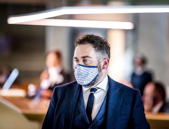 Klaas Dijkhoff (VVD) met een mondkapje op tijdens een schorsing van het Tweede Kamerdebat over de ontwikkelingen rondom het coronavirus.