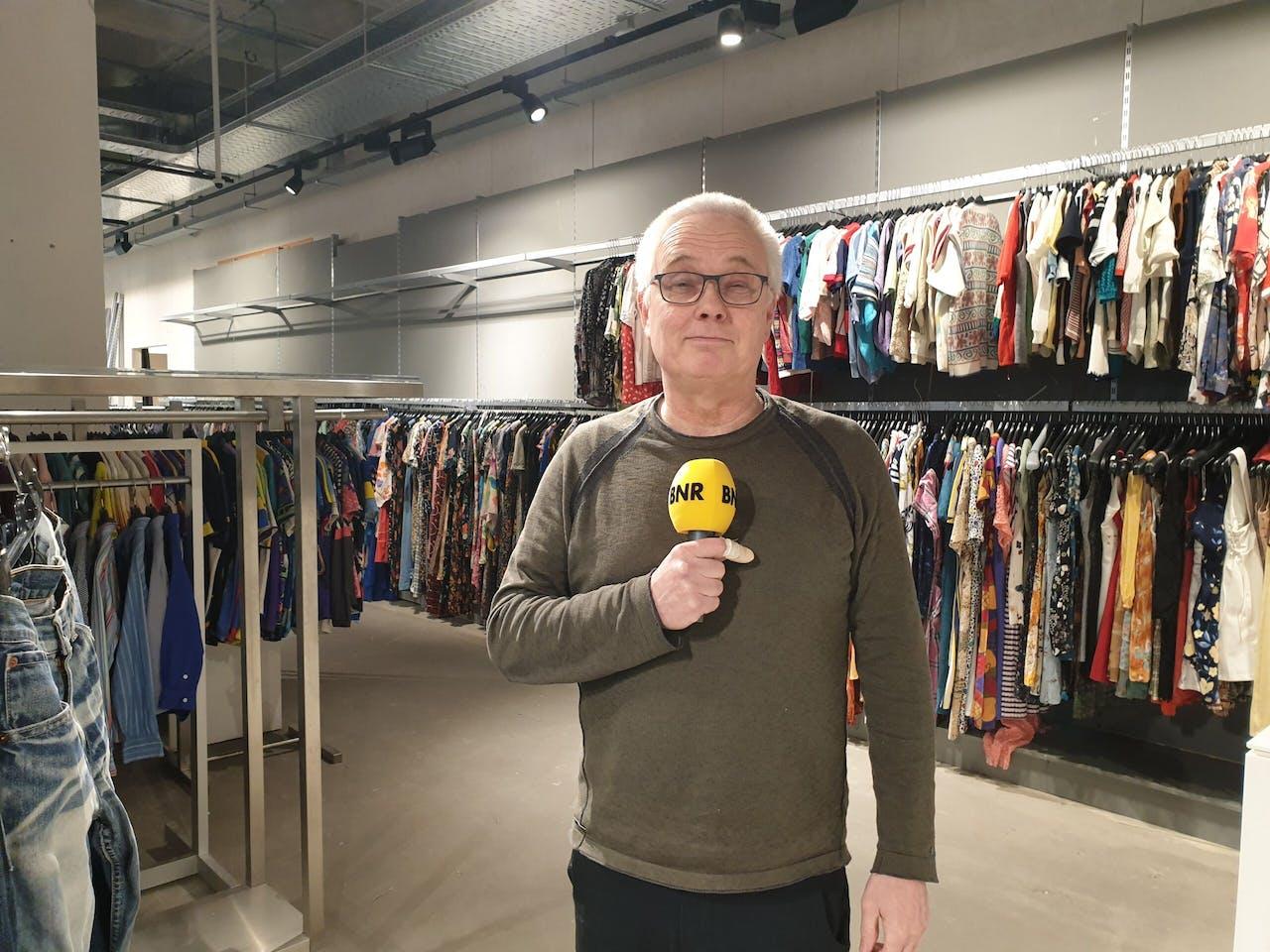 Ondernemer Peter van der Hooft tussen de vintage kleding