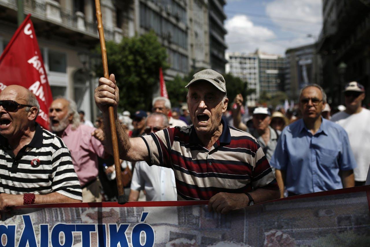 Grieken protesteren tegen de bezuinigingsmaatregelen die het land hebben uitgekleed.