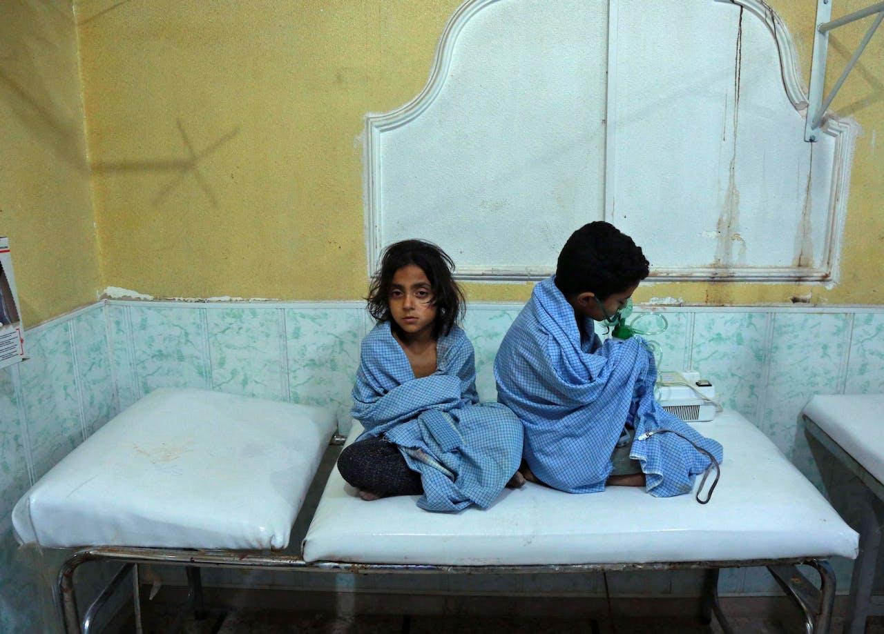 Syrische kinderen worden behandeld na een chemische aanval in Oost-Ghouta.