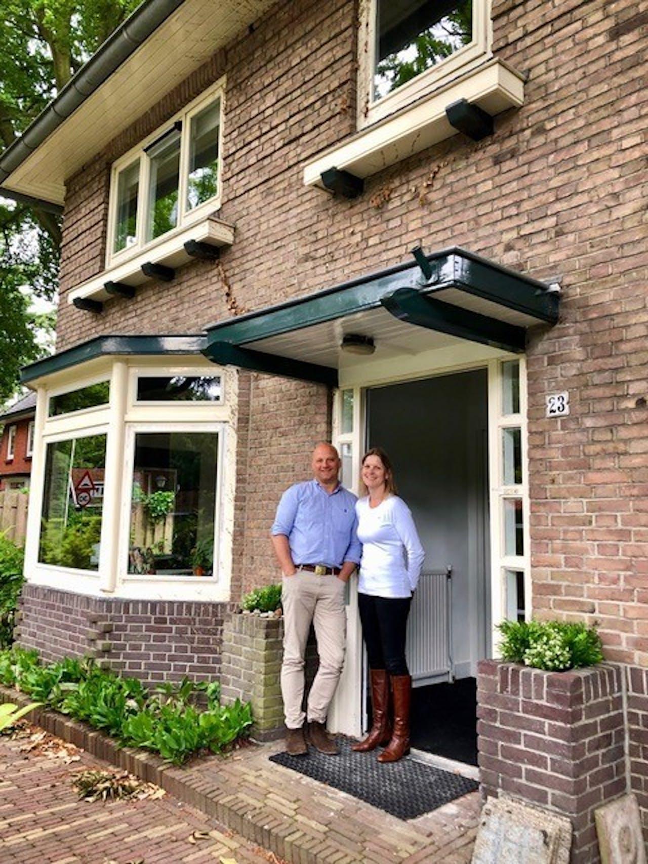 Edwin Renzen en zijn vrouw voor de woning in Huis ter Heide