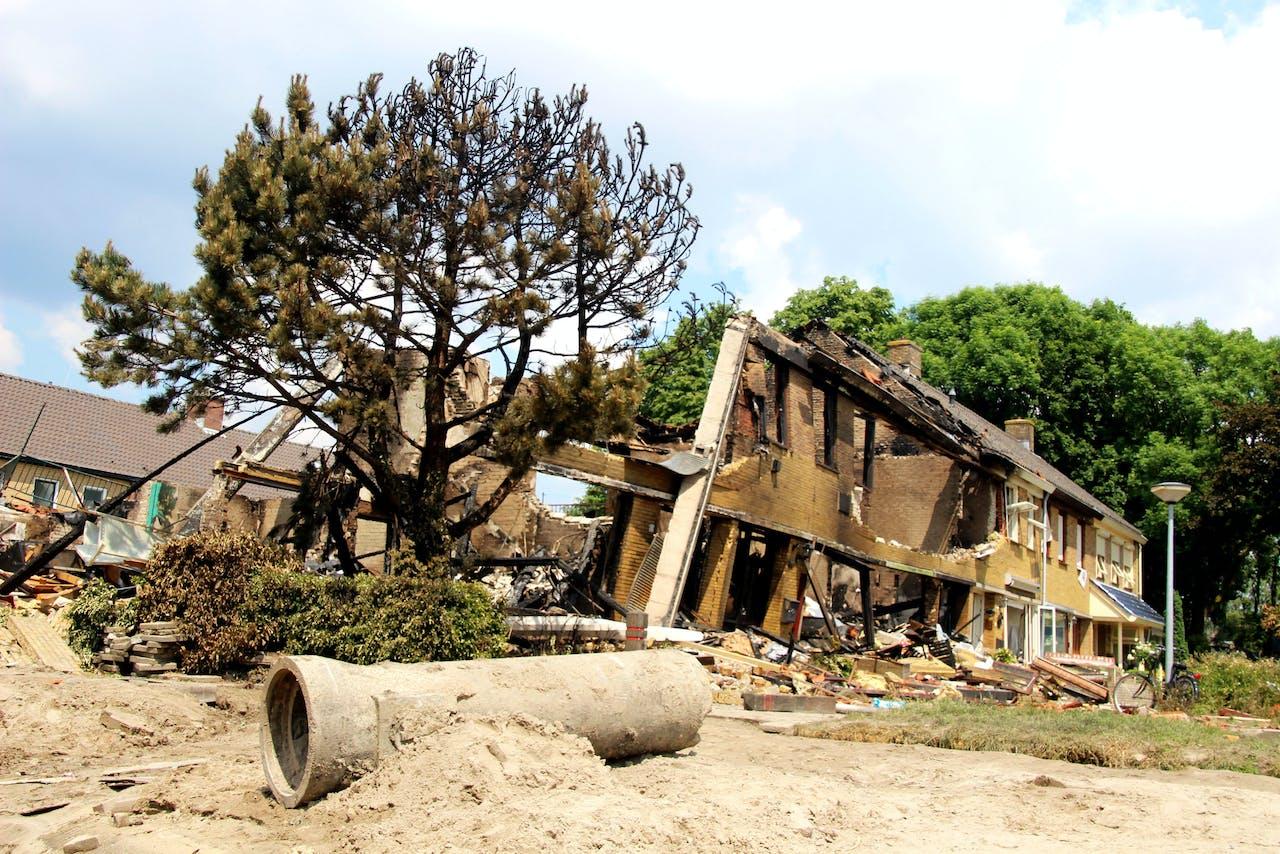 Verwoeste woningen in Urk na ontploffingen door twee gasexplosies.