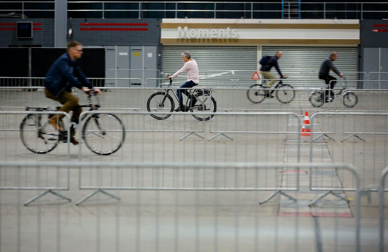 Bezoekers van de e-bike Xperience proberen een e-bike uit op het testparcours.