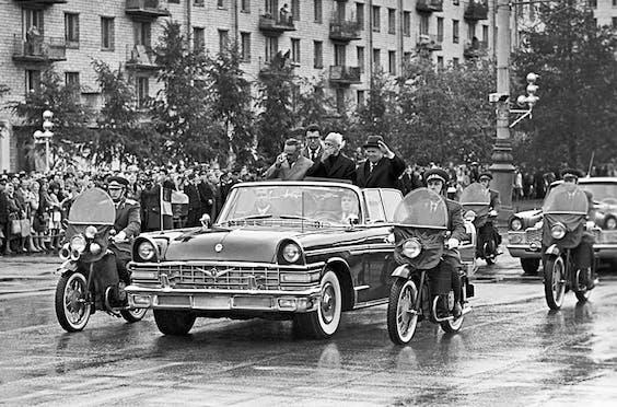 Gagarin paradeert door Moskou na zijn terugkomst op aarde, bij hem Nikita Chroesjtsjov.