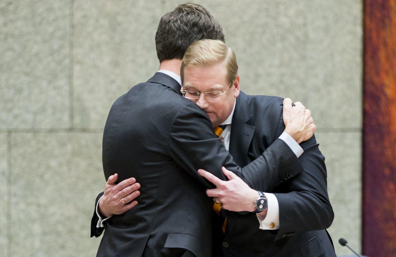 Het moment waarop premier Rutte afscheid neemt van minister Ard van der Steur (Veiligheid en Justitie) na zijn aftreden tijdens een debat in de Tweede Kamer over zijn rol in de zogenoemde Teevendeal rond een schikking met drugscrimineel Cees H.