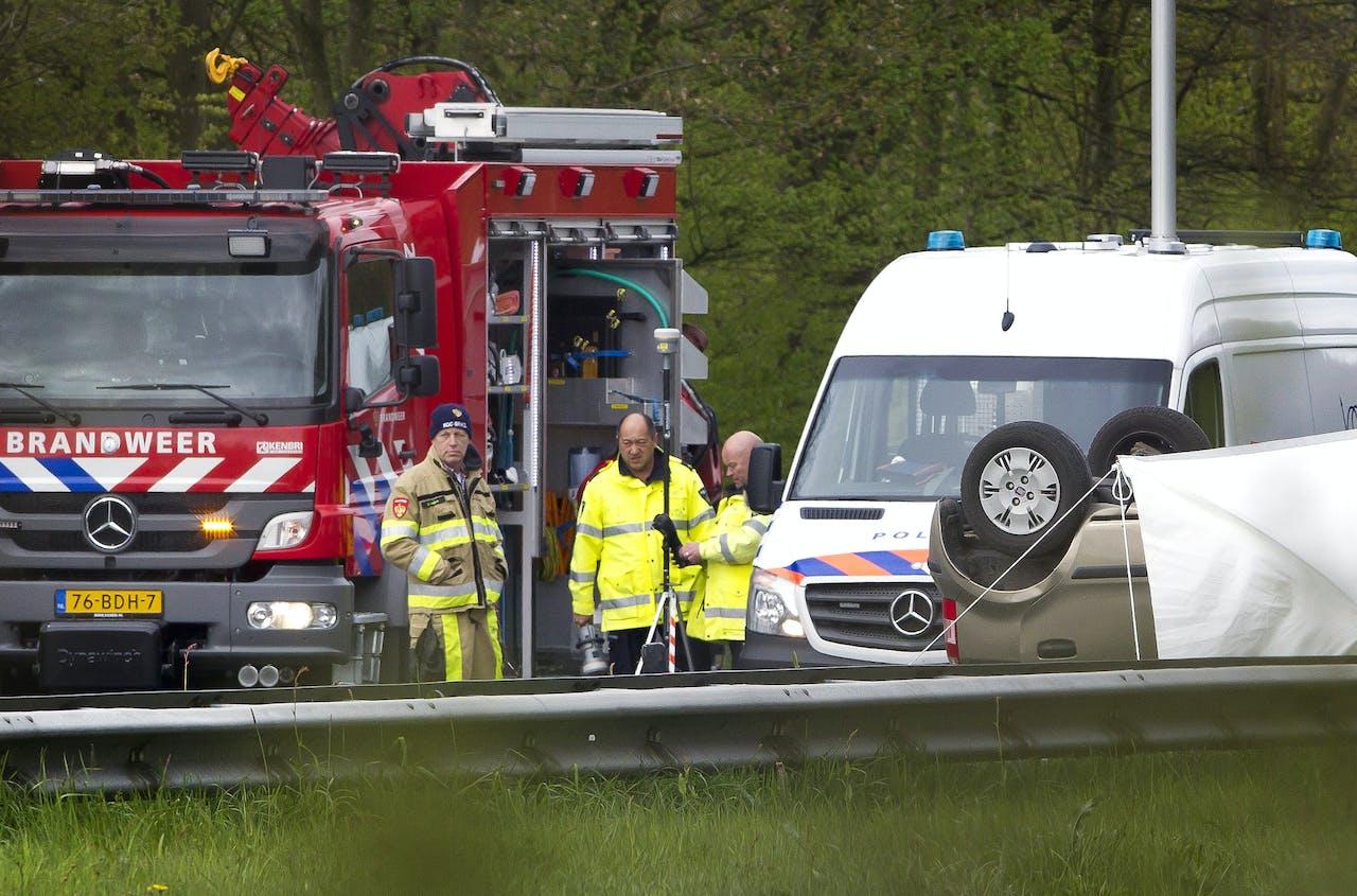 Bij een frontale aanrijding door een spookrijder zijn op de A79 ter hoogte van Klimmen vanmorgen twee personen om het leven gekomen en drie personen zwaargewond geraakt. De snelweg is de komende uren afgesloten.