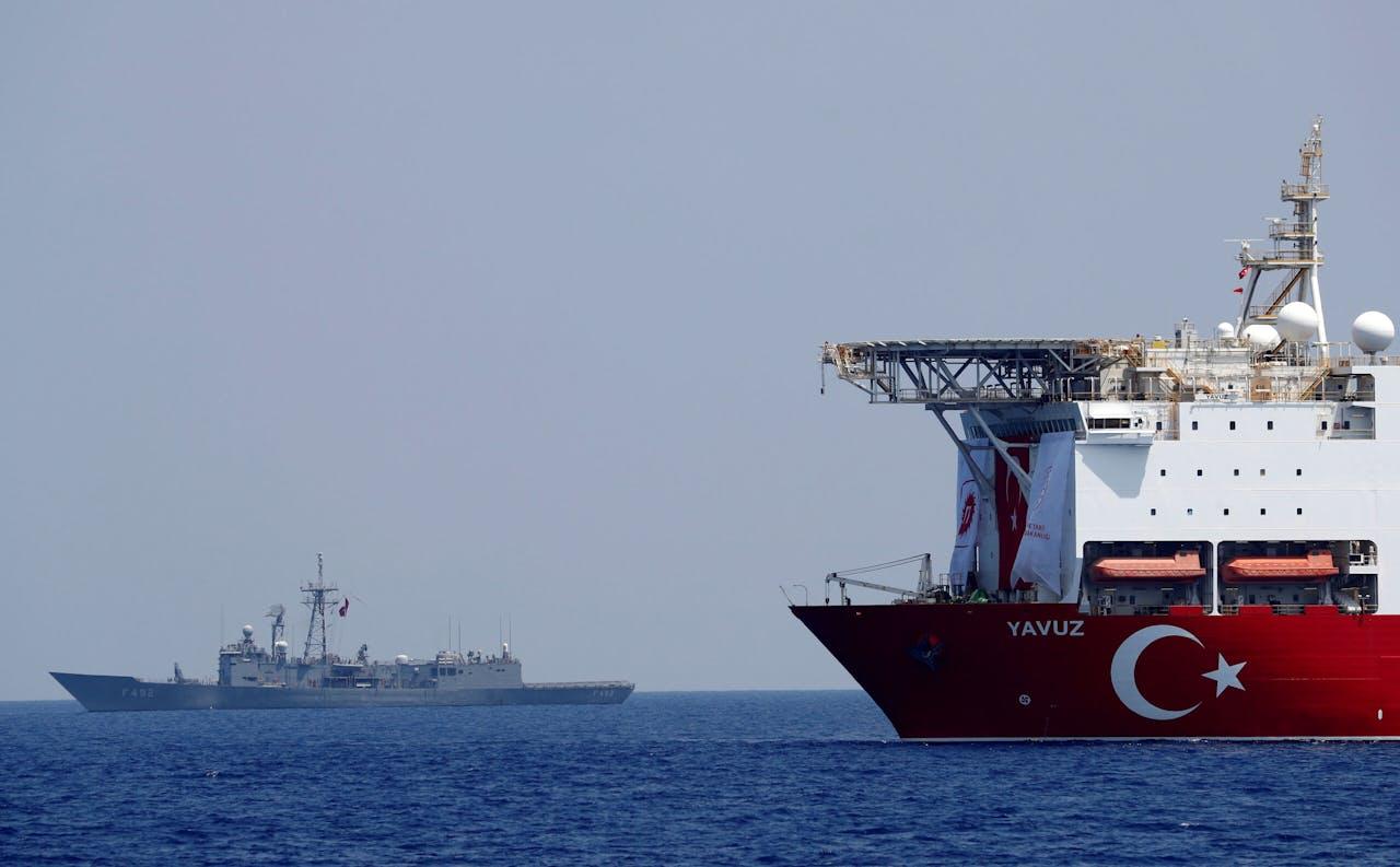 Het Turkse boorschip Yavuz wordt ondersteund door de Turkse marine in oostelijke gedeelte van de Middellandse zee vlakbij Cyprus.