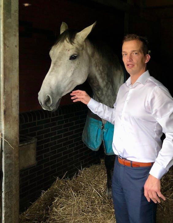 Weite Oldenziel in de paardenstal