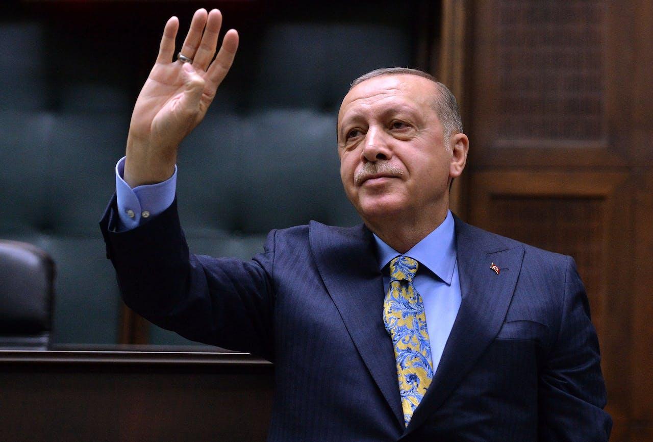 Erdogan vlak voor hij het parlement toespreekt EPA/STR
