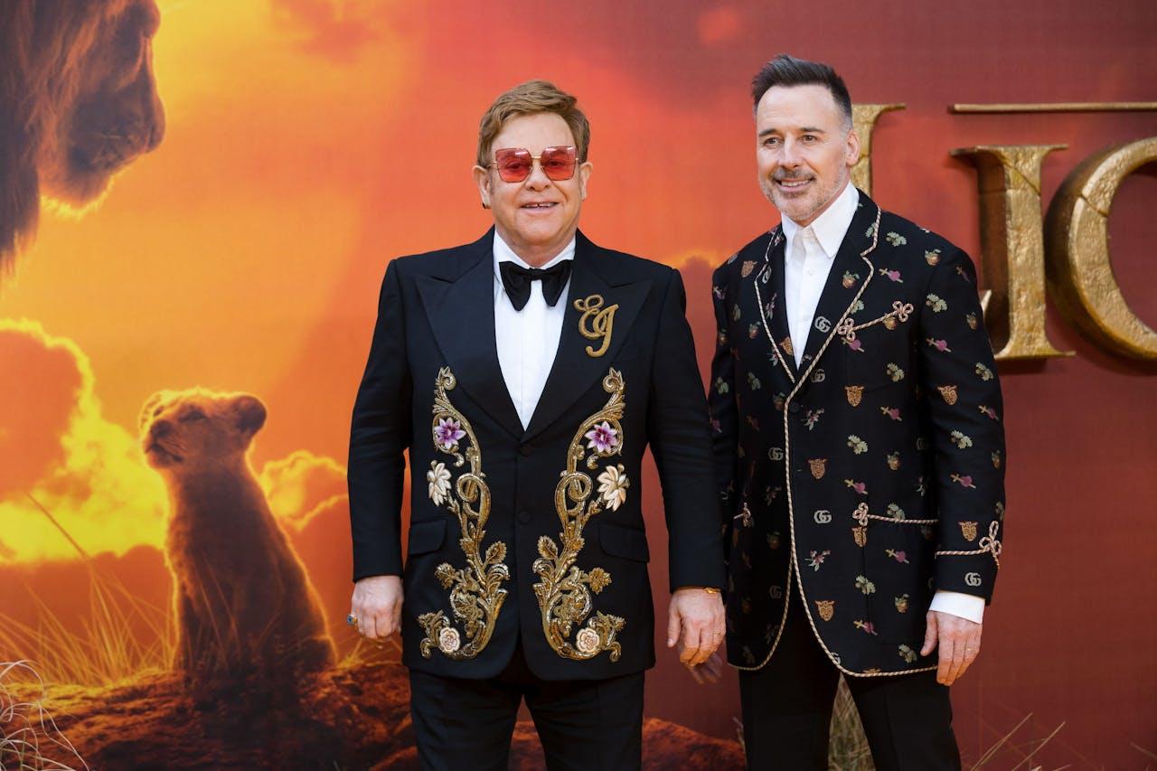Elton John (L) en zijn man David Furnish bij de première van The Lion King.