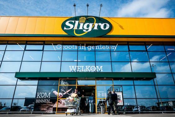 Mensen doen boodschappen bij de Sligro in Veghel.