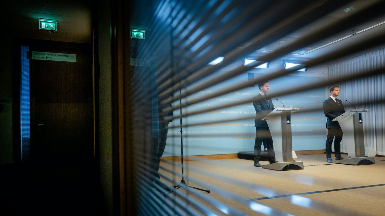 Premier Mark Rutte en Minister Hugo de Jonge van Volksgezondheid, Welzijn en Sport (CDA) tijdens een persconferentie na afloop van een overleg van de Ministeriele Commissie Crisisbeheersing (MCCb) over het coronavirus.