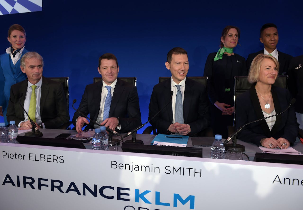 Air France-KLM Chief Executive Officer Benjamin Smith (C), KLM President en CEO Pieter Elbers (2de L), Air France CEO Anne Rigail (R) en Air-France KLM Chief Financial Officer Frederic Gagey (L).