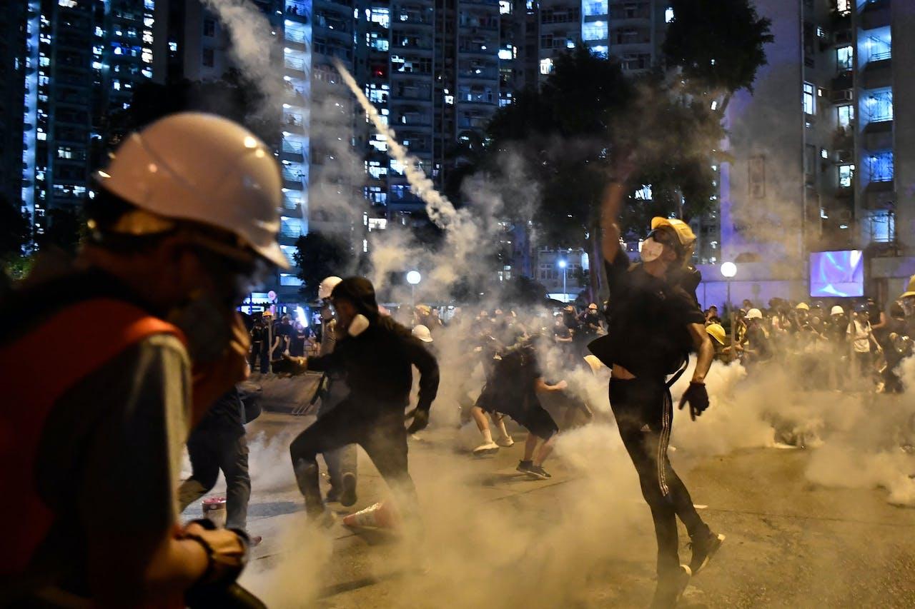 Demonstranten werpen traangas terug naar de politie - 5 augustus 2019