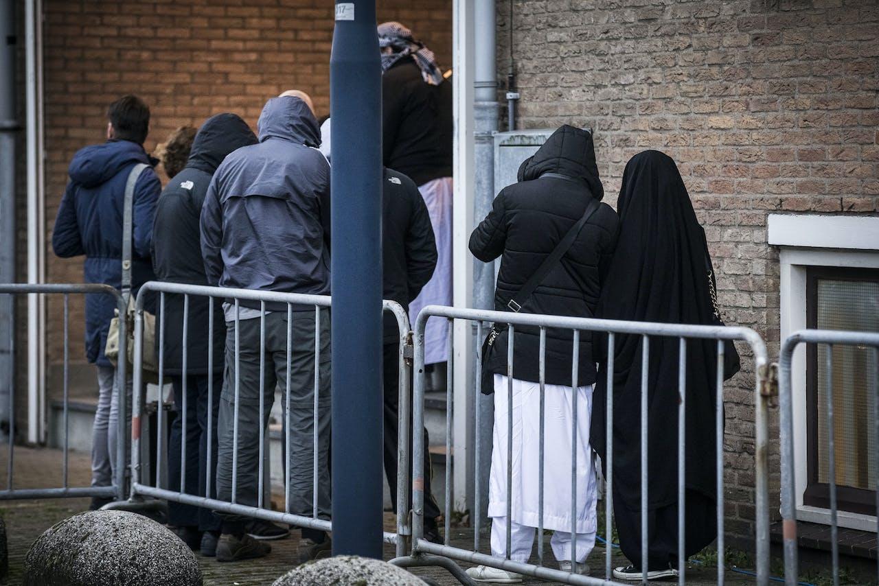 Bezoekers bij de rechtbank de bunker in Amsterdam voor de uitspraak in het grote Haagse jihadproces Context.
