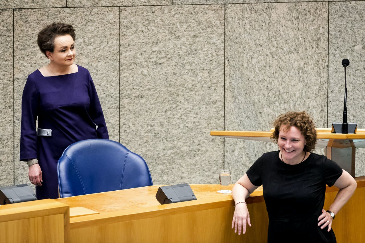2020-06-17 16:34:03 DEN HAAG - Staatssecretaris Alexandra van Huffelen van Financien en Renske Leijten (SP, R) tijdens het debat over algemene wet inkomensafhankelijke regelingen (Awir) in de Tweede Kamer, om gedupeerden van de kinderopvangtoeslagaffaire tegemoet te komen. ANP SEM VAN DER WAL