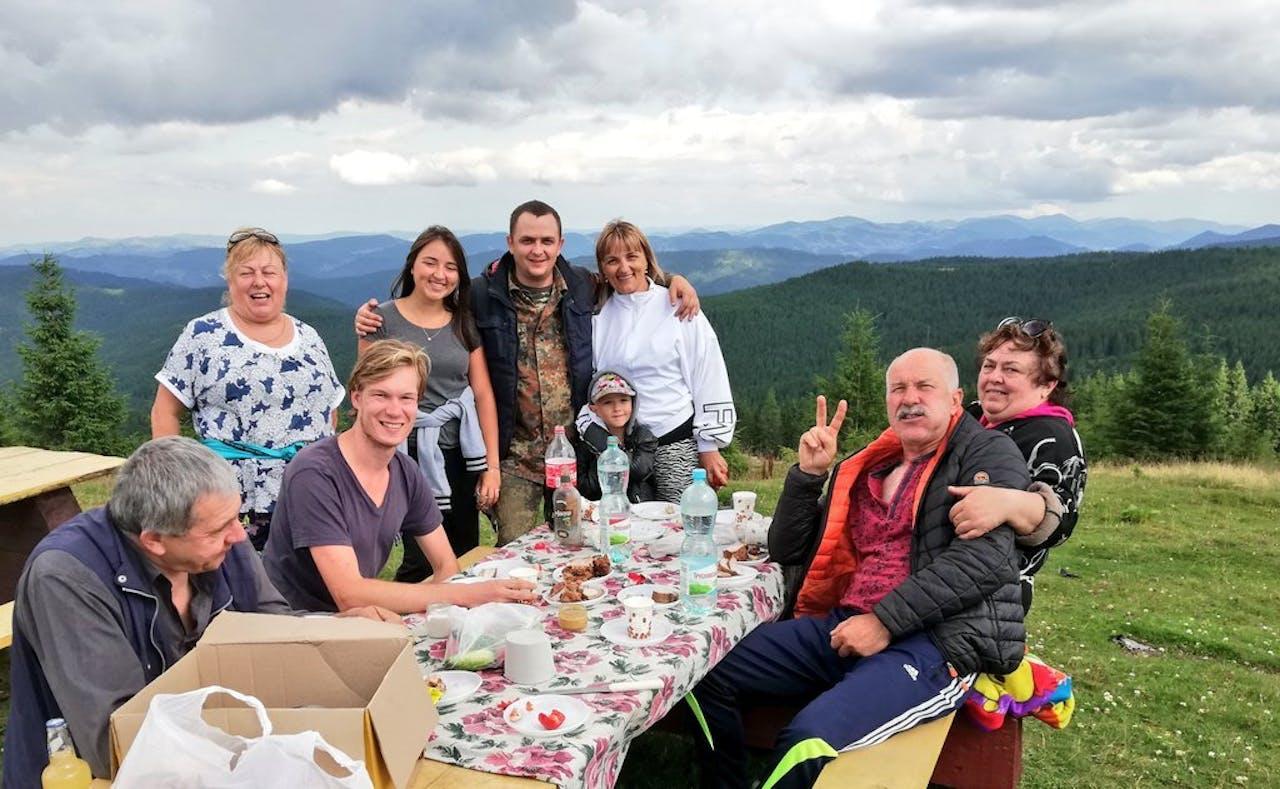 De Karpaten op de grens van Oekraïne en Roemenië. Geert Jan afgelopen zomer op reis voor Columbus Travel, met Oekraïense fellow travellers. Foto: eigen archief.