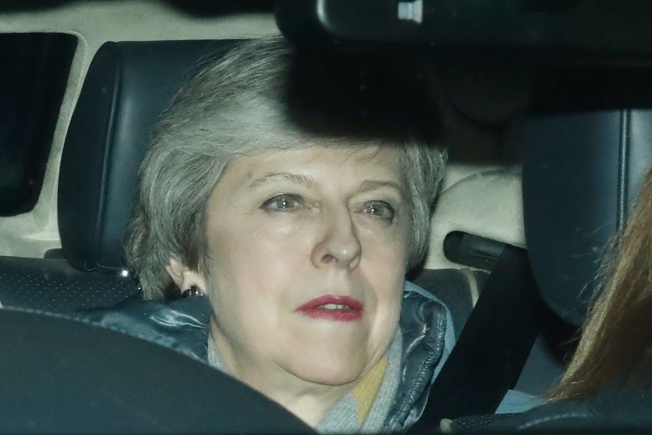 Premier May verlaat het Lagerhuis na de voor haar desastreus verlopen Brexit-stemming.